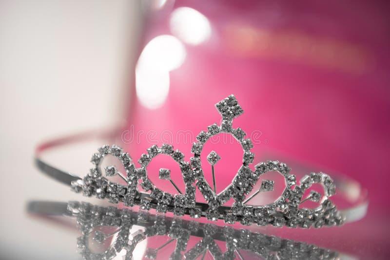 De kroon van de ontwerpprinses op glaskast stock afbeelding