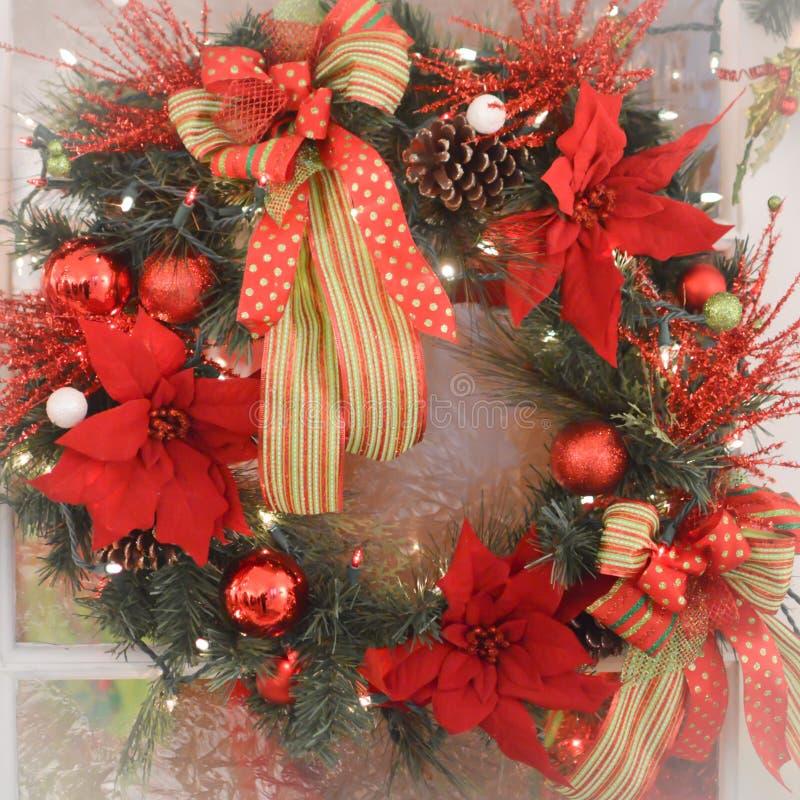 De kroon van Kerstmis met poinsettiabloemen stock afbeelding