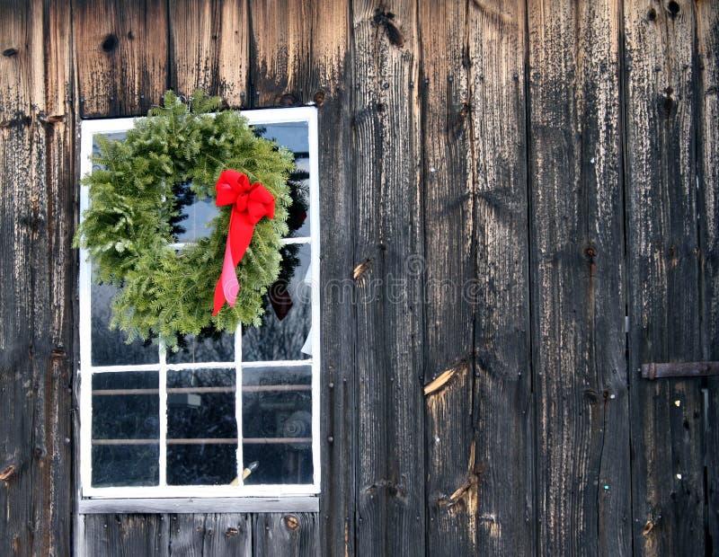 De kroon van Kerstmis met rode boog op schuur stock fotografie