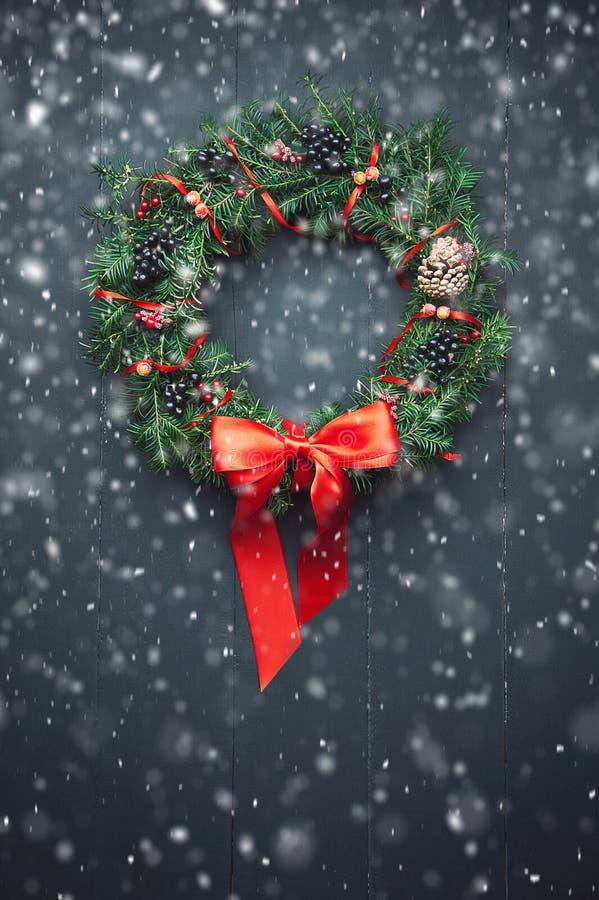 De kroon van Kerstmis op een houten achtergrond stock afbeeldingen