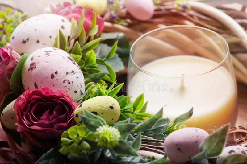 De kroon van Pasen DIY met eieren en bloemen royalty-vrije stock foto