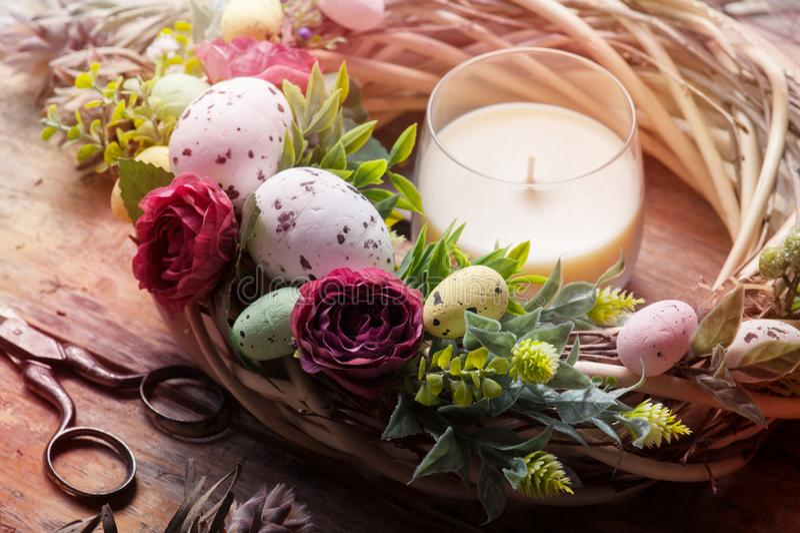 De kroon van Pasen DIY met eieren en bloemen stock foto's