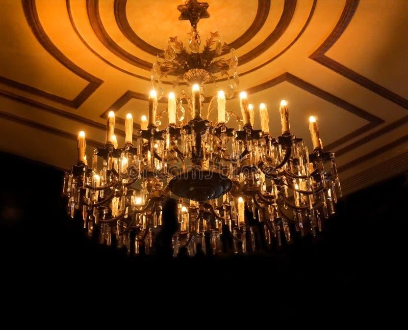 De kroonluchter verlicht donkere ruimte stock fotografie