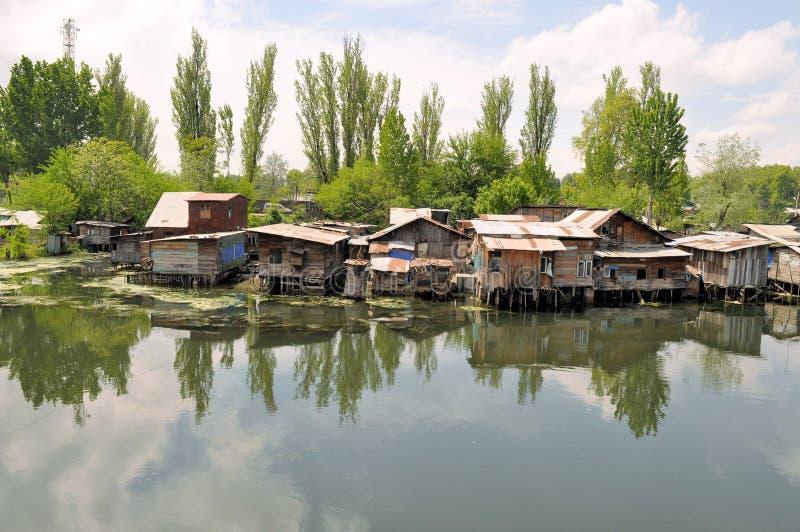 De krottenwijk huisvest dichtbij de rivier, Srinagar, India royalty-vrije stock foto