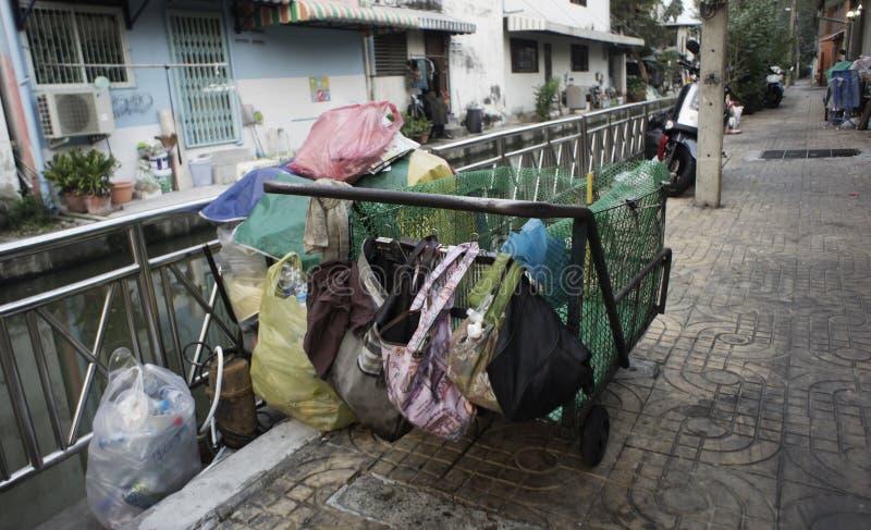 De krottenwijken huisvesten slechte ramshakle van Zuidoost-Azië langs Klong De foto van Thailand, Bangkok royalty-vrije stock foto's