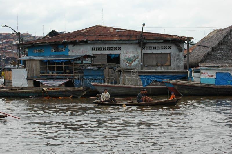 De krottenwijken van het dorp van Belen in Iquitos stock afbeelding