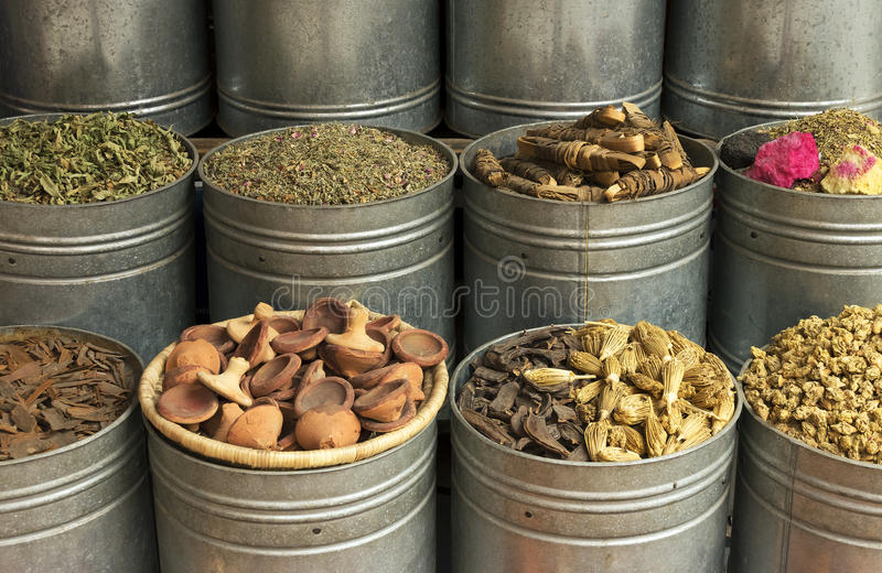 De Kruiden van Marokko Marrakech, kruiden en droge rosebuds royalty-vrije stock fotografie