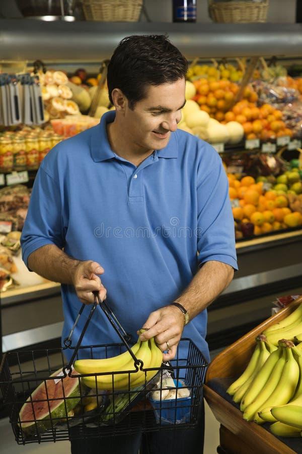 De kruidenierswinkel van de mens het winkelen. royalty-vrije stock foto