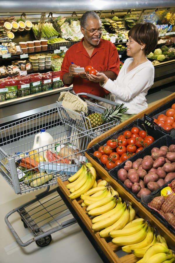 De kruidenierswinkel van het paar het winkelen. stock foto