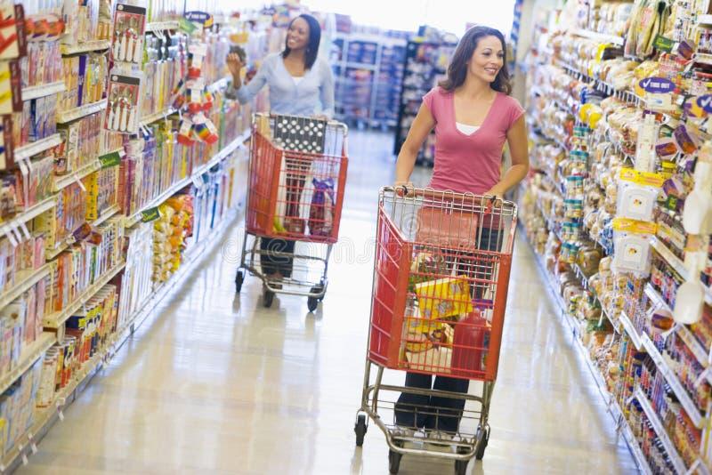 De kruidenierswinkel van vrouwen het winkelen royalty-vrije stock afbeeldingen