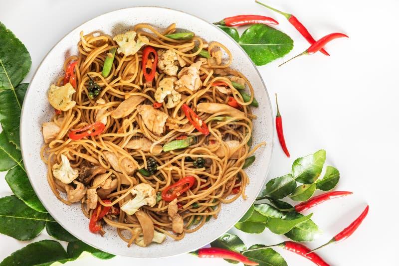 De kruidige Aziatische wok beweegt gebraden gerechtspaghetti met kip en Thaise kruiden royalty-vrije stock afbeelding