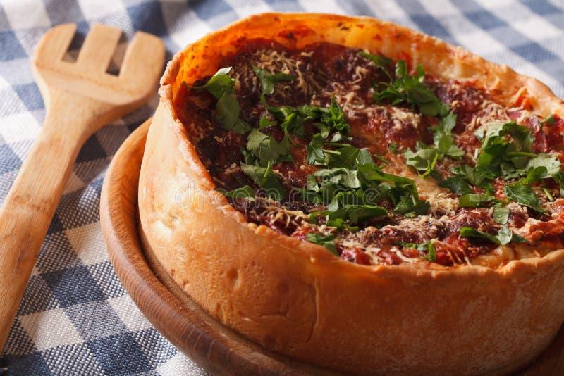 De kruidige close-up van de de schotelpizza van Chicago diepe op een plaat horizontaal stock foto