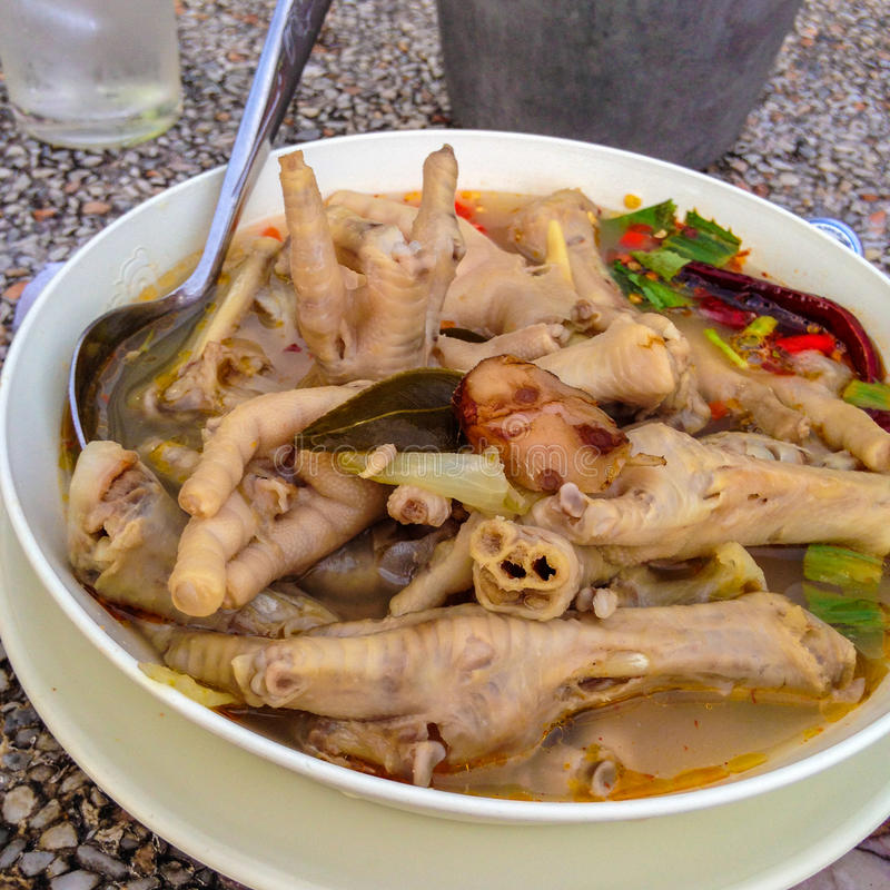 De kruidige en zure soep van het kippenbeen royalty-vrije stock foto's