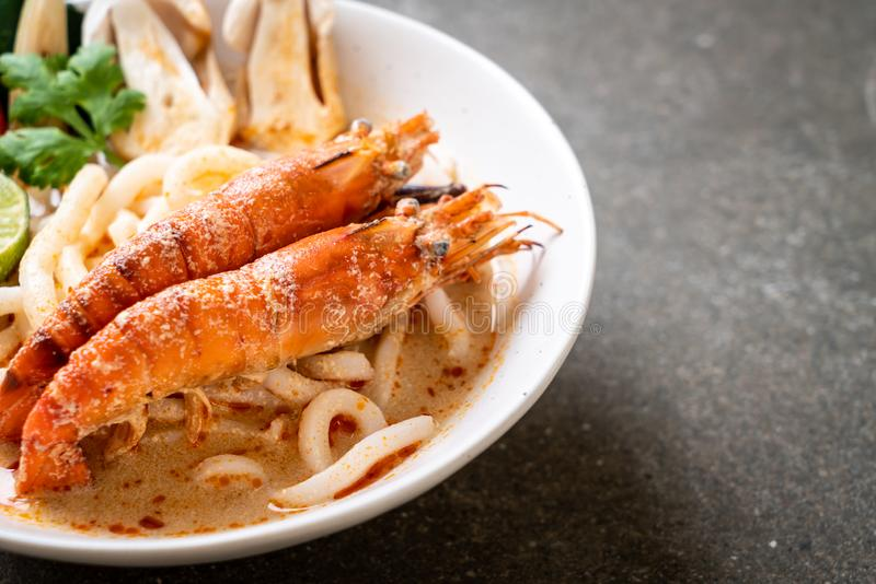 de kruidige garnalen udon ramen noedel (Tom Yum Goong royalty-vrije stock foto's