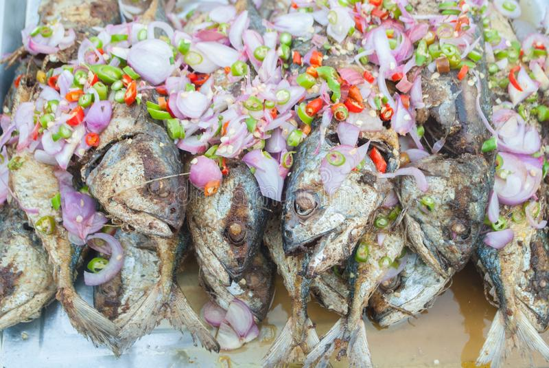De kruidige makreel van Fried Salted van de Thais-Stijlsalade stock afbeeldingen