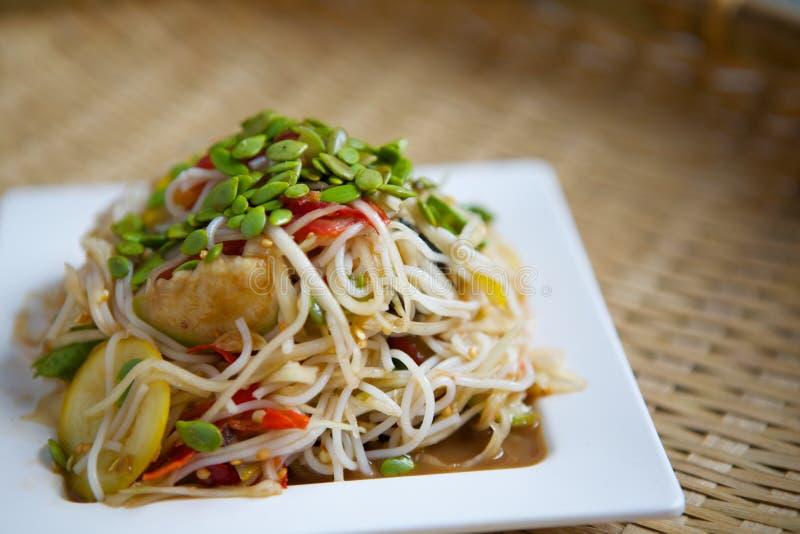 De kruidige salade van rijstvermicelli bij schotel het achtergrondonduidelijke beeld stock afbeeldingen