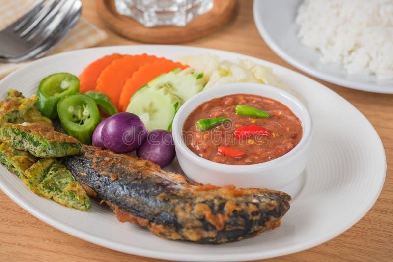 De kruidige saus van het garnalendeeg met groenten, gebraden makreel, rijst stock foto's