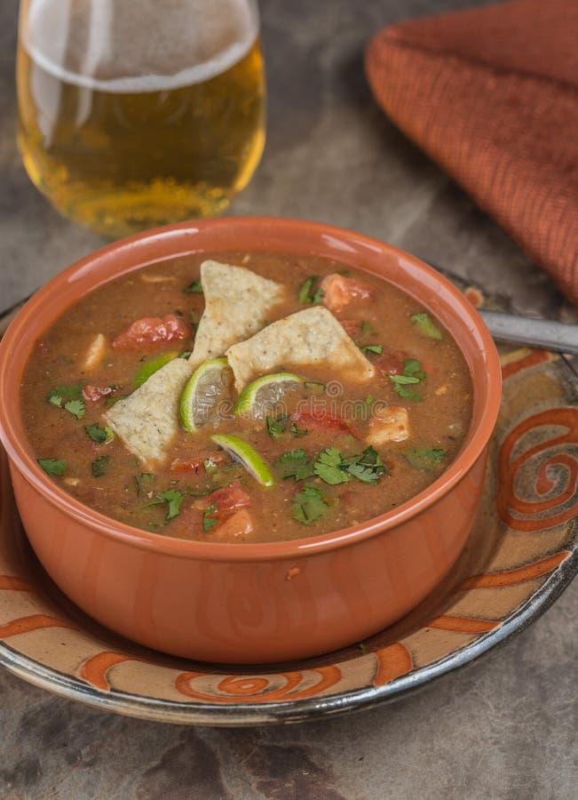 De kruidige soep van de Kippentortilla royalty-vrije stock afbeelding