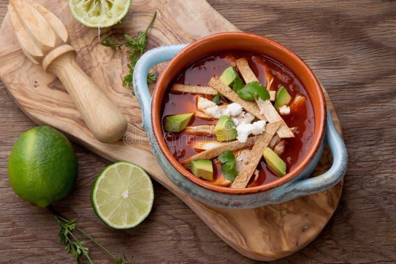 De kruidige soep van de Kippentortilla stock afbeeldingen