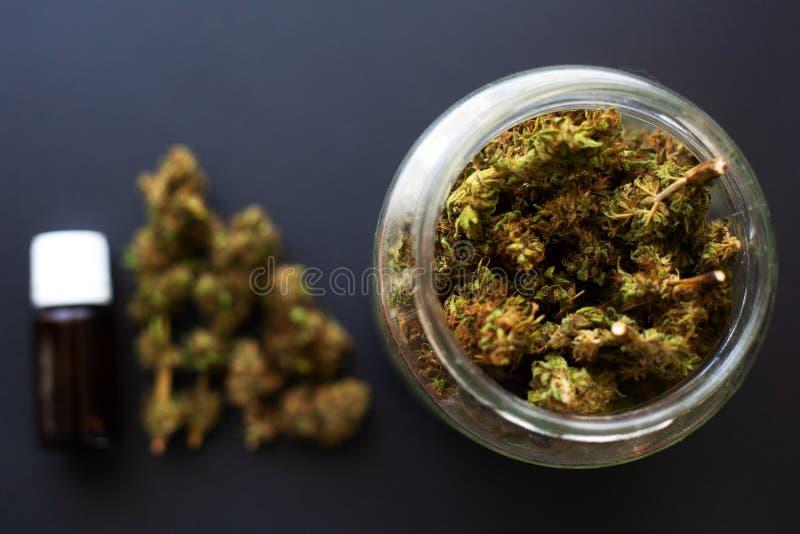 De kruik droge en behandelde marihuana ontluikt, medische geurige cannabis van de koelkast stock afbeeldingen