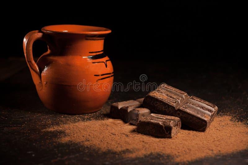 De kruik hete chocolade en de Traditionele Mexicaanse chocolade versperren oaxaca Mexico op zwarte achtergrond stock afbeeldingen