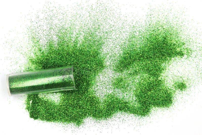 De kruik met gemorste groen schittert Magisch, hemel schittert groen morsend uit een kruik die op witte achtergrond wordt geïsole royalty-vrije stock foto
