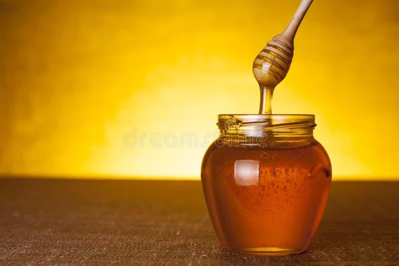 De kruik van de honing met dipper stock foto's