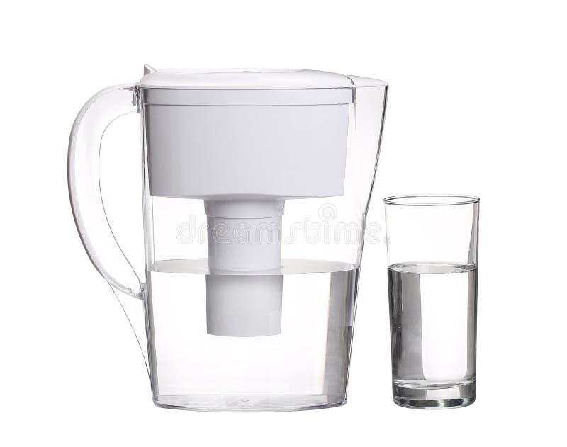 De kruik van de waterfilter met glas schoon die water op wit wordt geïsoleerd royalty-vrije stock foto