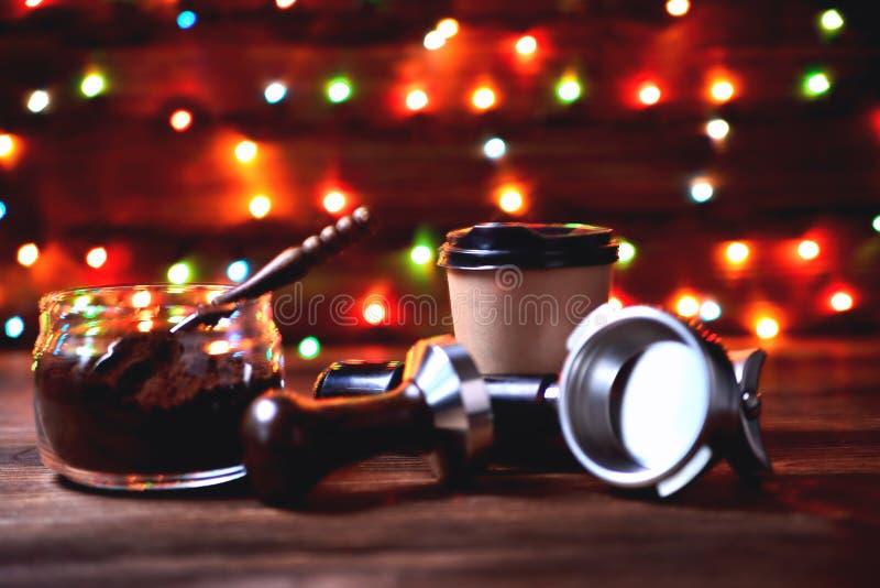 De kruik van het buiglas met het document van de de koffielepel van de grondkoffie houten kop op een natuurlijke houten bruine ac stock afbeeldingen