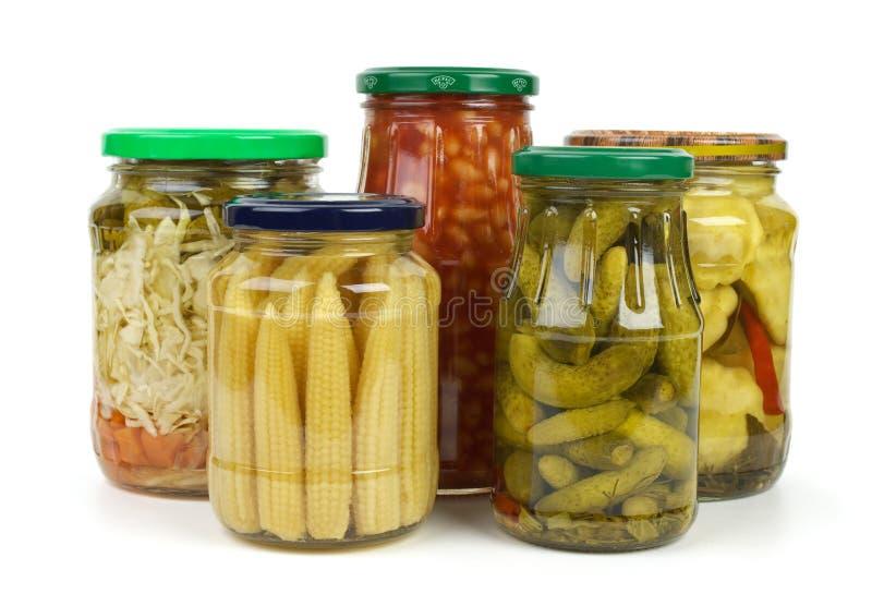 De kruiken van het glas met gemarineerde groenten stock fotografie