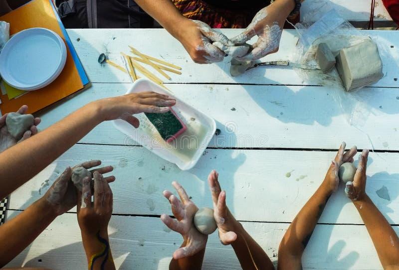 De kruimeltaartstukken van kinderen` s handen van klei royalty-vrije stock foto's
