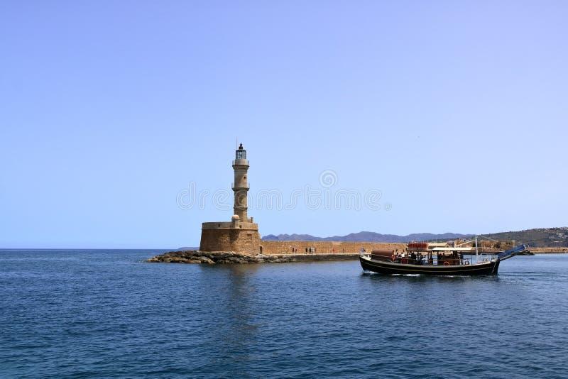 De kruis Venetiaanse haven van de excursieboot en Middellandse Zee van Chania, Kreta, Griekenland stock afbeelding