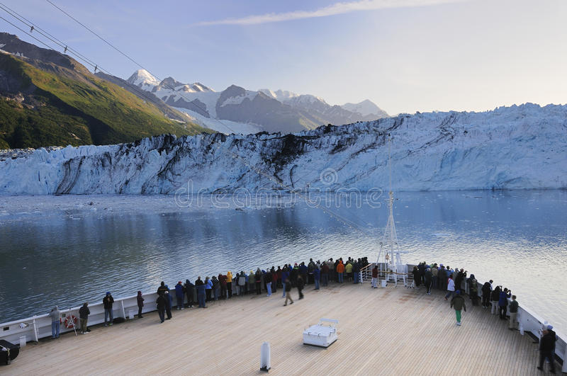 De kruisende Baai van de Gletsjer van Alaska royalty-vrije stock fotografie