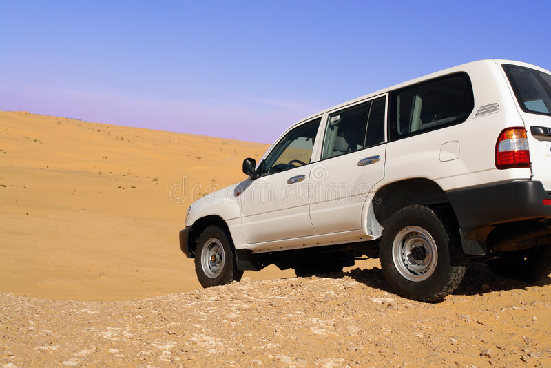 De kruiser van het land in de woestijn.   stock foto