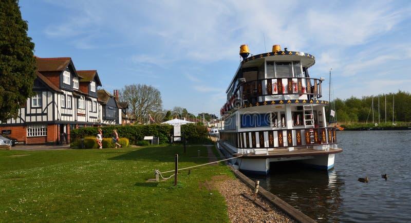 De kruiser van de rivierboot legde op de rivier Bure vast in Horning naast de Zwaanherberg stock fotografie