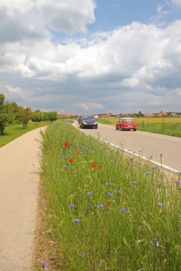 De kruising van auto's bij de landweg stock fotografie