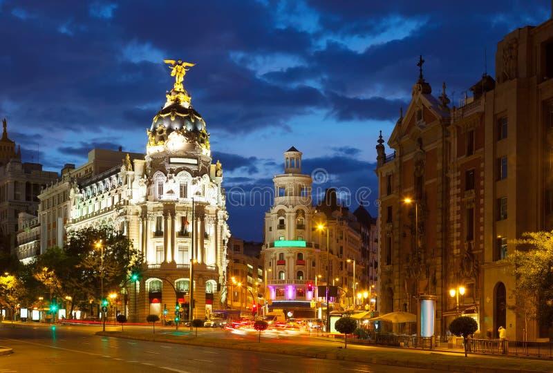De kruising van Calle de Alcala en Gran via in nacht madrid stock afbeelding