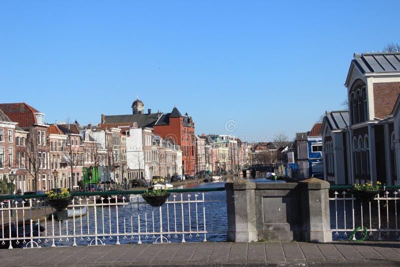 De kruising van de waterkant van de haven van Leiden stock afbeeldingen