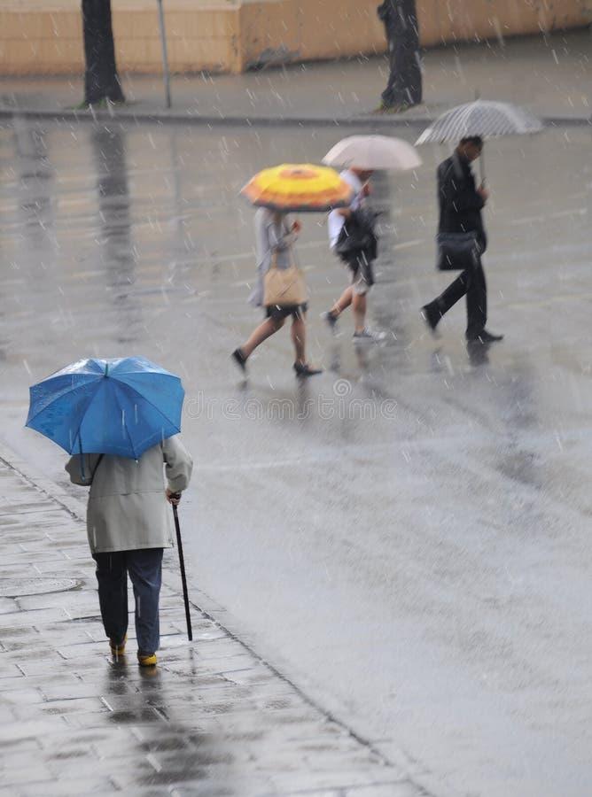 De kruising van de weg op een regenachtige dag stock fotografie