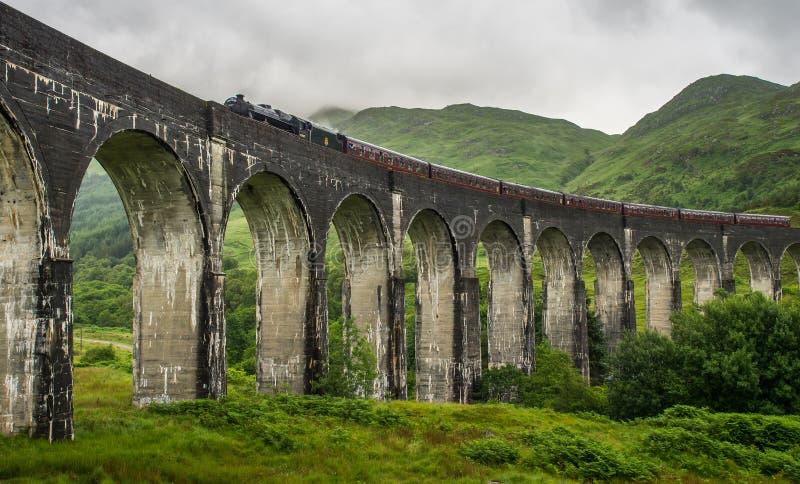 De kruising van Glenfinnan-Viaduct, de Jacobite-Stoomtrein stock foto