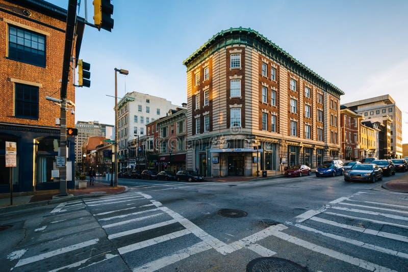 De kruising van Moerbeiboomstraat en Charles Street in Mount Vernon, Baltimore, Maryland royalty-vrije stock fotografie