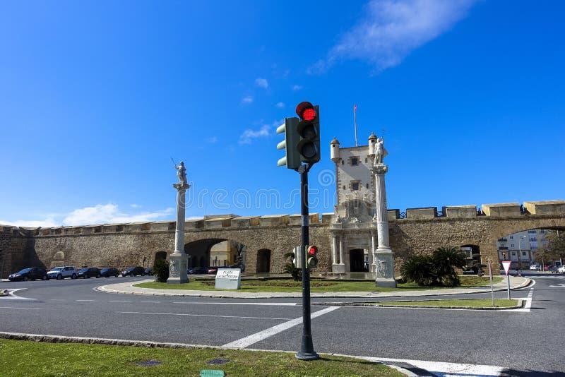 De kruising van straten met verkeerslicht bij vesting in Cadiz, Andalusia stock fotografie