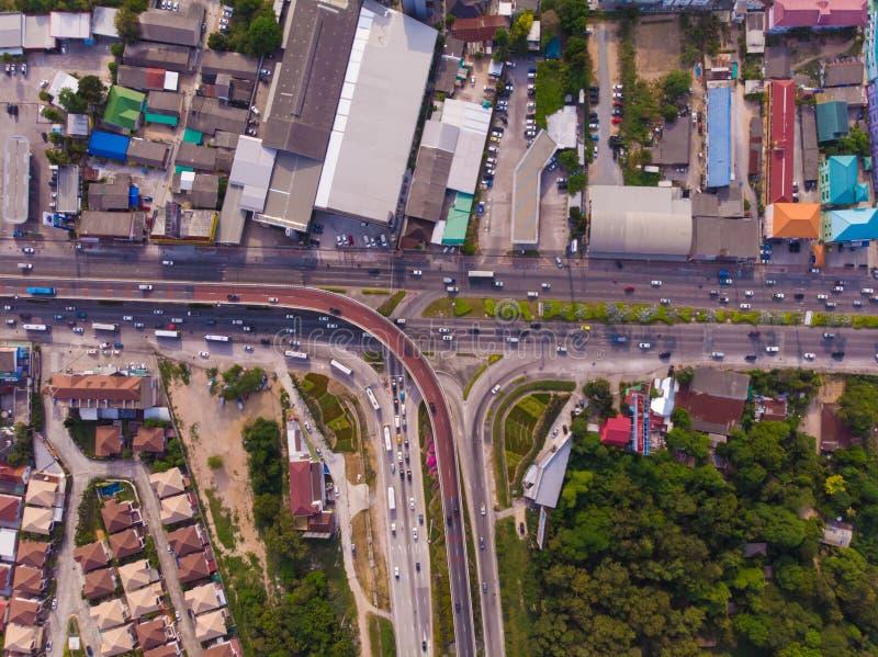 De kruising van weg op plattelandsgebied van een groene aanplanting van een vogelperspectief in Thailand, hoogste mening stock foto