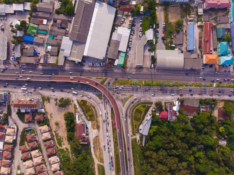 De kruising van weg op plattelandsgebied van een groene aanplanting van een vogelperspectief in Thailand, hoogste mening stock afbeelding