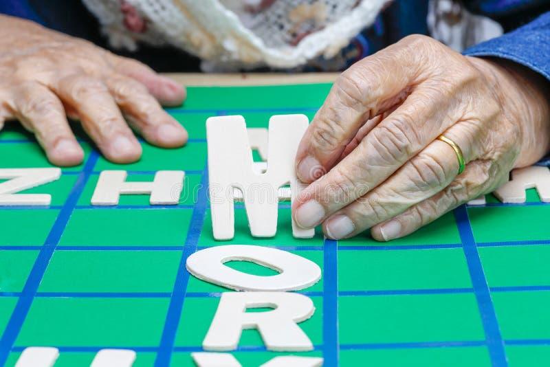 De kruiswoordraadsels voor Bejaarden, hulp verbeteren geheugen & hersenen stock foto