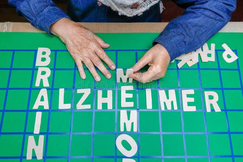 De kruiswoordraadsels voor Bejaarden, hulp verbeteren geheugen & hersenen stock afbeelding