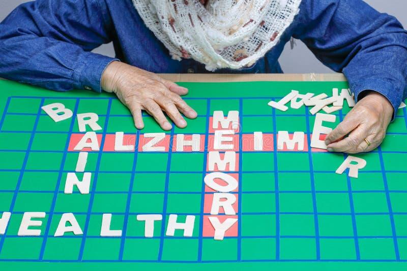 De kruiswoordraadsels voor Bejaarden, hulp verbeteren geheugen & hersenen royalty-vrije stock foto's