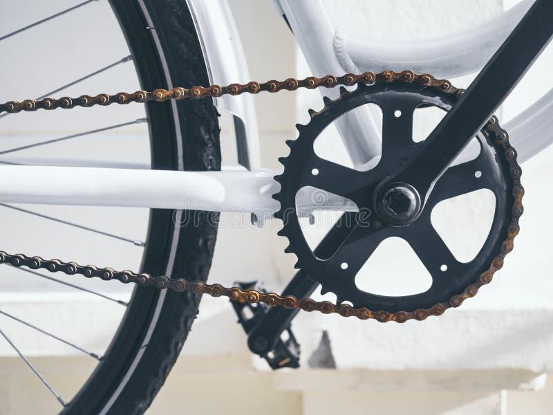 De Krukas en de keten van fietsdelen met pedaal wordt geplaatst dat stock fotografie