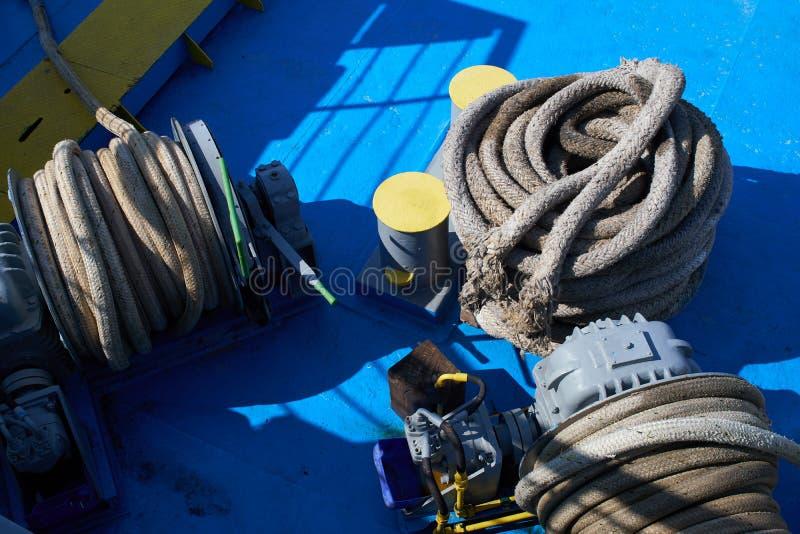 De krukken van de meertrospost met kabels op foredeck royalty-vrije stock afbeelding