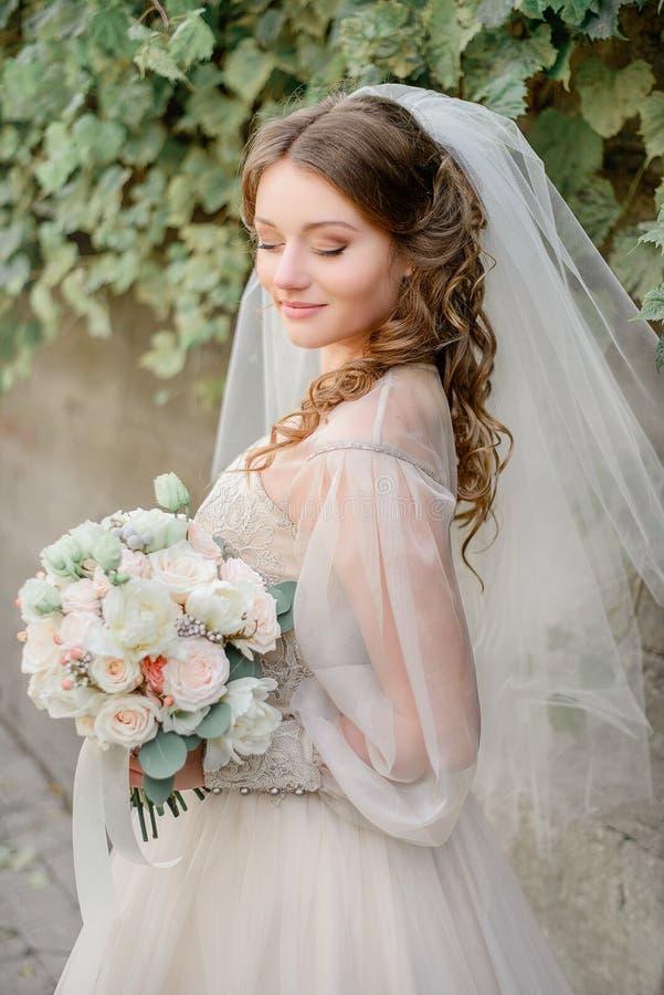 De krullen behandelen schouders van mooie bruid stock afbeeldingen